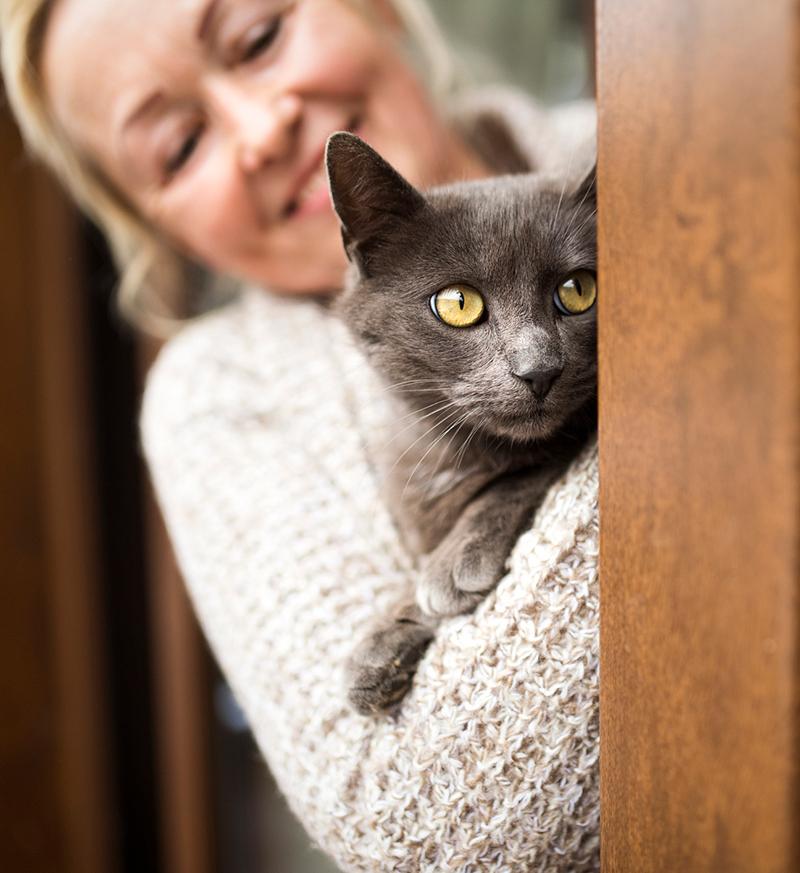 Mujer sosteniendo gato: Wellness Care en Austin
